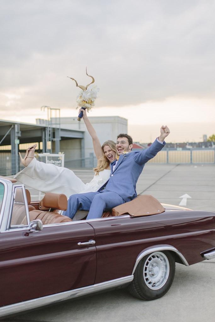 lustiges Hochzeitsfoto von Braut und Bräutigam im Hochzeitsauto | Foto: Hanna Witte