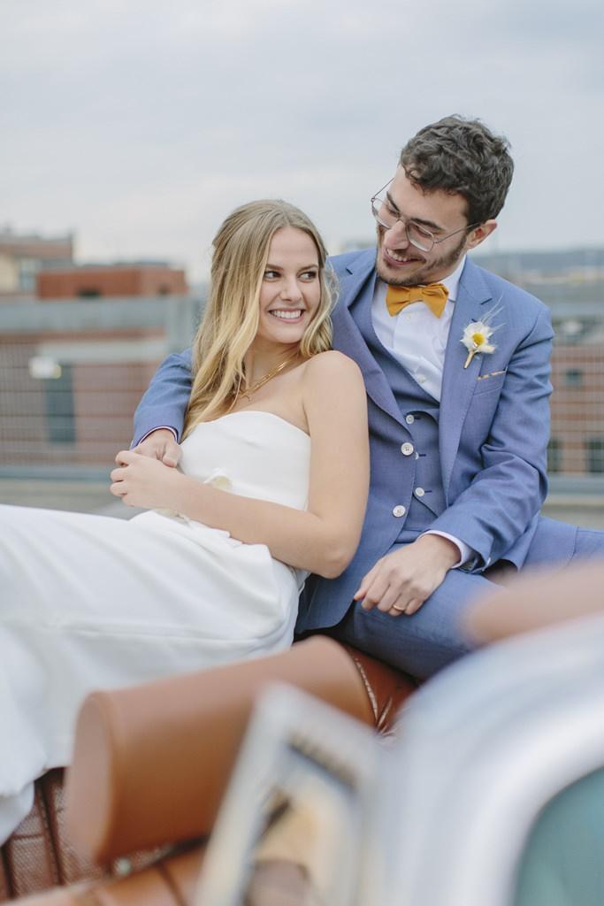 Paarfoto von Braut und Bräutigam im Oldtimer Cabrio | Foto: Hanna Witte