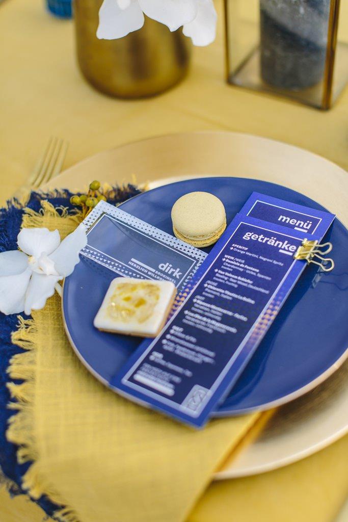 Hochzeitstischdeko in Senfgelb, Blau und Gold | Foto: Hanna Witte