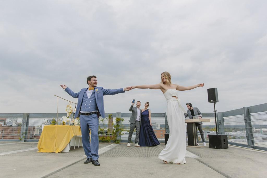 das Brautpaar tanzt bei seiner Hochzeit auf dem Parkhausdach | Foto: Hanna Witte
