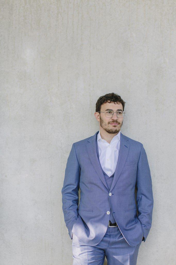Bräutigam in einem hellblauen Maßanzug von The Bloke | Foto: Hanna Witte