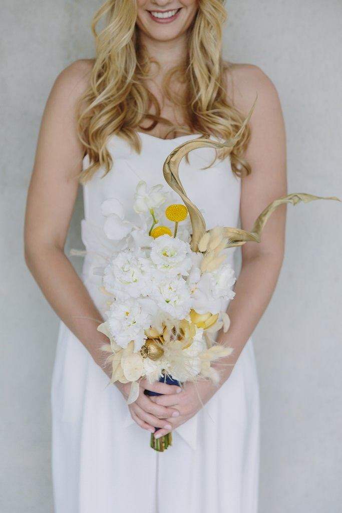 Ausgefallener Brautstrauß in Weiß, Gelb, Gold und Ivory | Foto: Hanna Witte