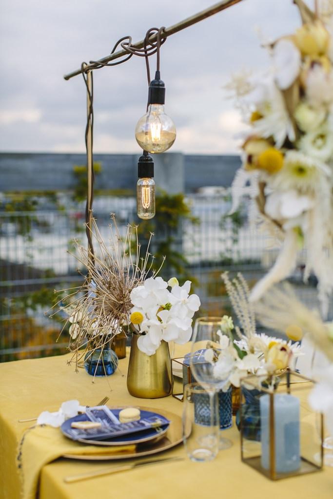 Hochzeitstischdeko mit moderner Light Bulb Lichterkette | Foto: Hanna Witte