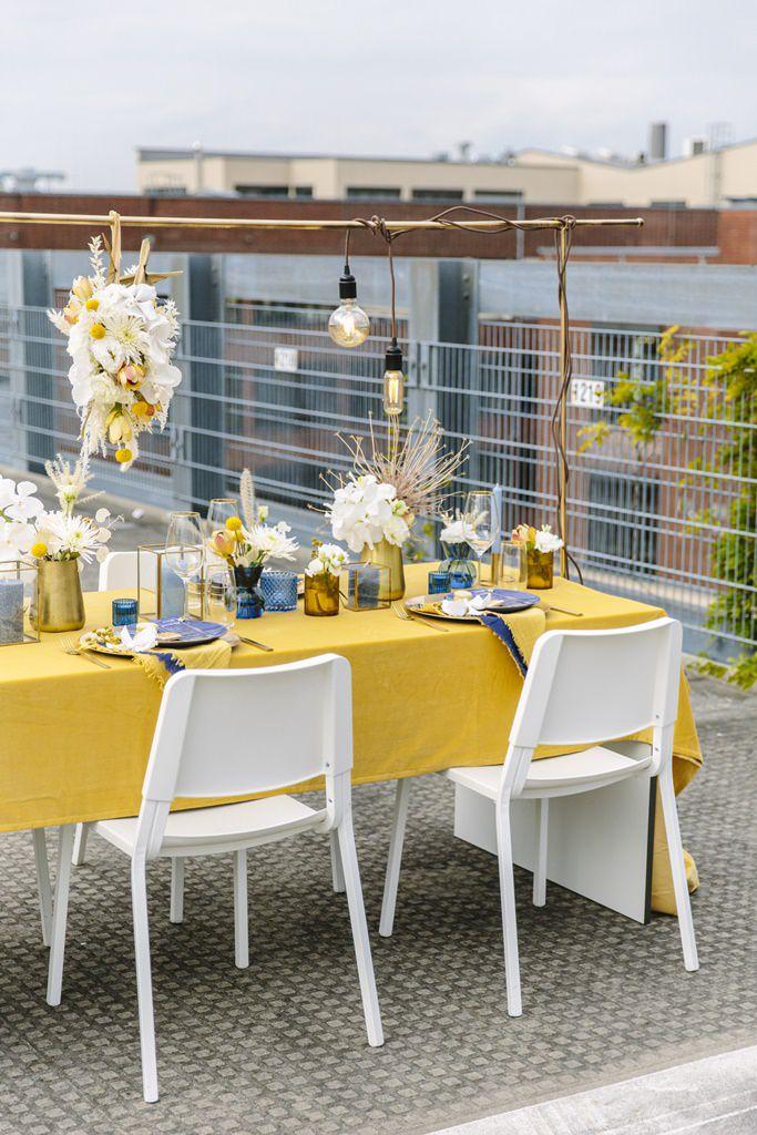 Outdoor Hochzeitstischdeko in Gelb, Gold, Weiß und Blau | Foto: Hanna Witte