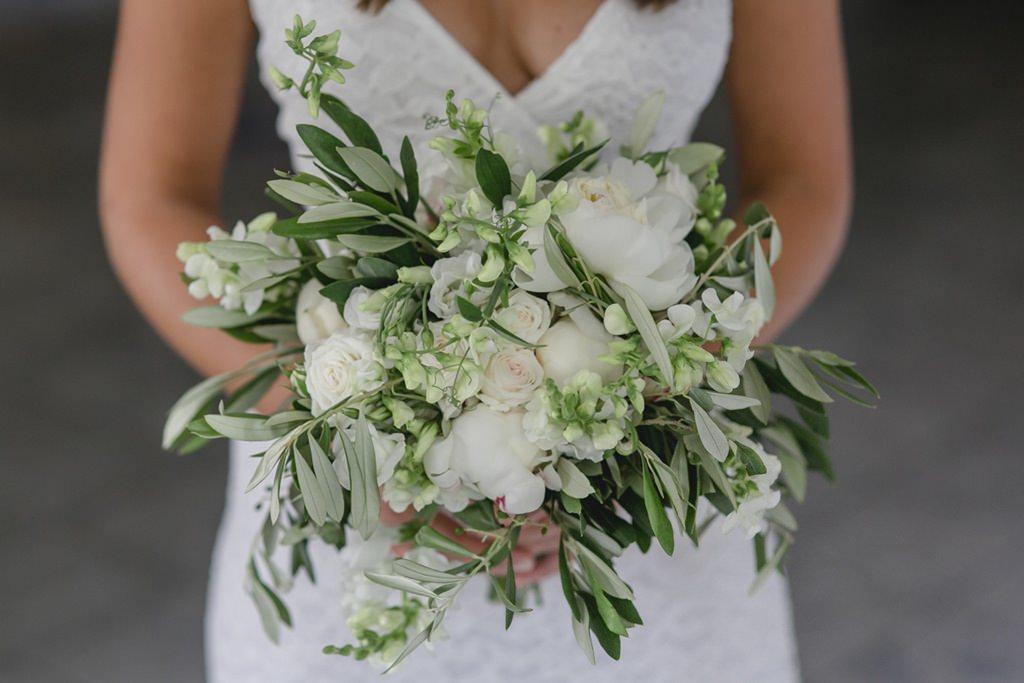 grün-weißer Brautstrauß mit Olivenzweigen, weißen Pfingstrosen und weißen Gartenrosen   Foto: Hanna Witte
