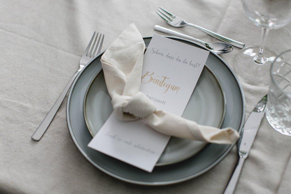Hochzeitstischdeko in Creme und Grün   Foto: Hanna Witte