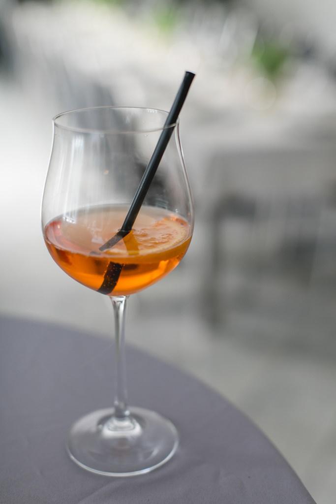 Aperol Spritz als Drink bei einer sommerlichen Standesamt Hochzeit   Foto: Hanna Witte