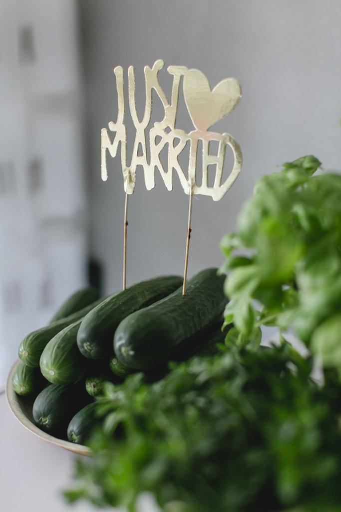ein goldener Just married Cake Topper steckt in Gurken   Foto: Hanna Witte