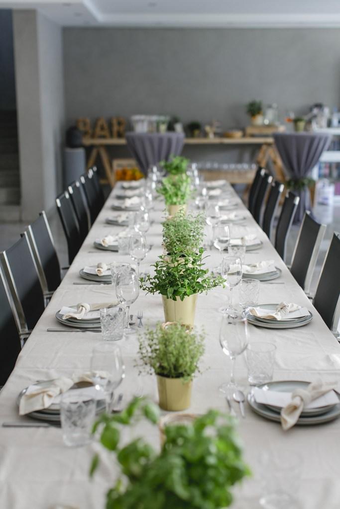 moderne Hochzeitstischdeko mit Gartenkräutern in Goldtöpfen   Foto: Hanna Witte
