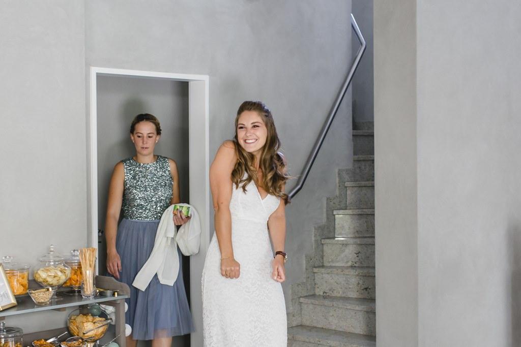 die Braut beim First Look vor der standesamtlichen Hochzeit   Foto: Hanna Witte