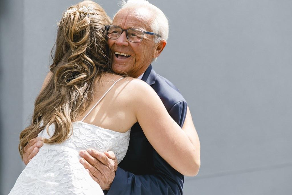 die Braut umarmt ihren Opa   Foto: Hanna Witte