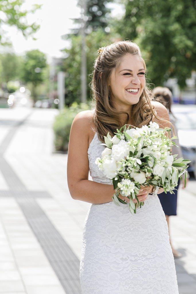 die aufgeregte Braut mit ihrem Brautstrauß   Foto: Hanna Witte