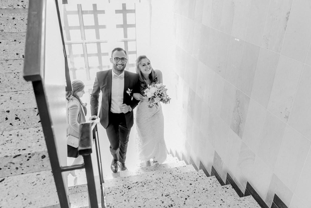 das Brautpaar kommt die Treppe des Standesamt hoch   Foto: Hanna Witte