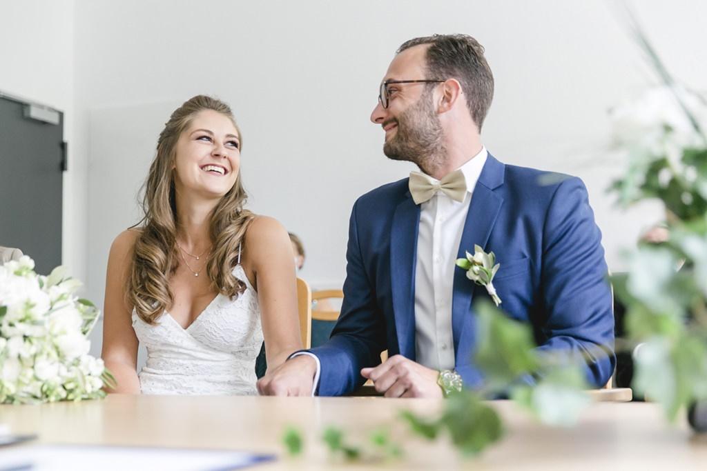 das Brautpaar lächelt sich im Standesamt verliebt zu   Foto: Hanna Witte