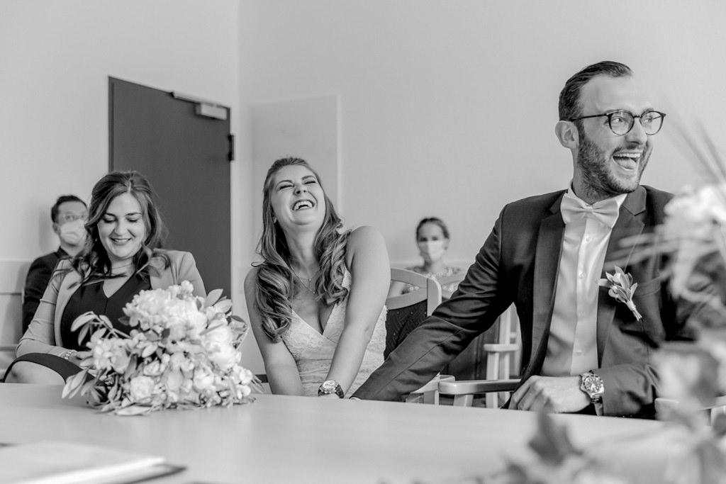 das Brautpaar lacht ausgelassen während der Eheschließung im Standesamt   Foto: Hanna Witte