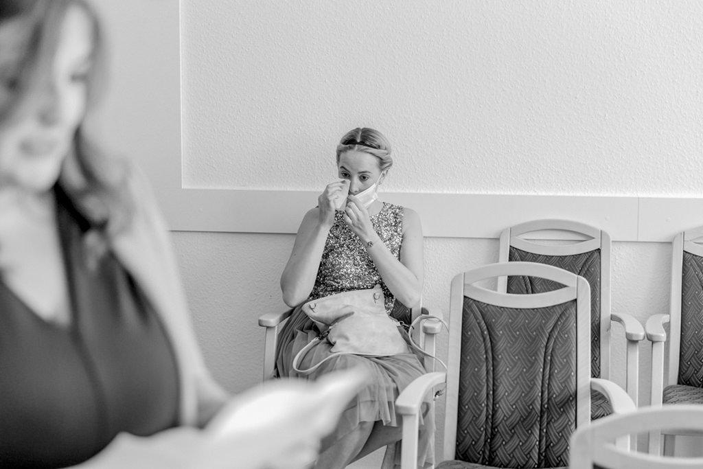 ein weiblicher Hochzeitsgast muss während der standesamtlichen Trauung weinen   Foto: Hanna Witte