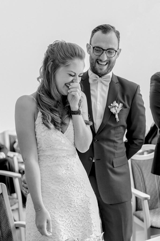 Braut und Bräutigam lachen während der Standesamt Hochzeit   Foto: Hanna Witte