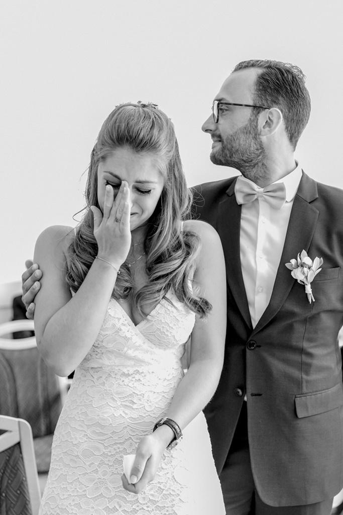 die Braut weint bei ihrer Standesamt Hochzeit   Foto: Hanna Witte