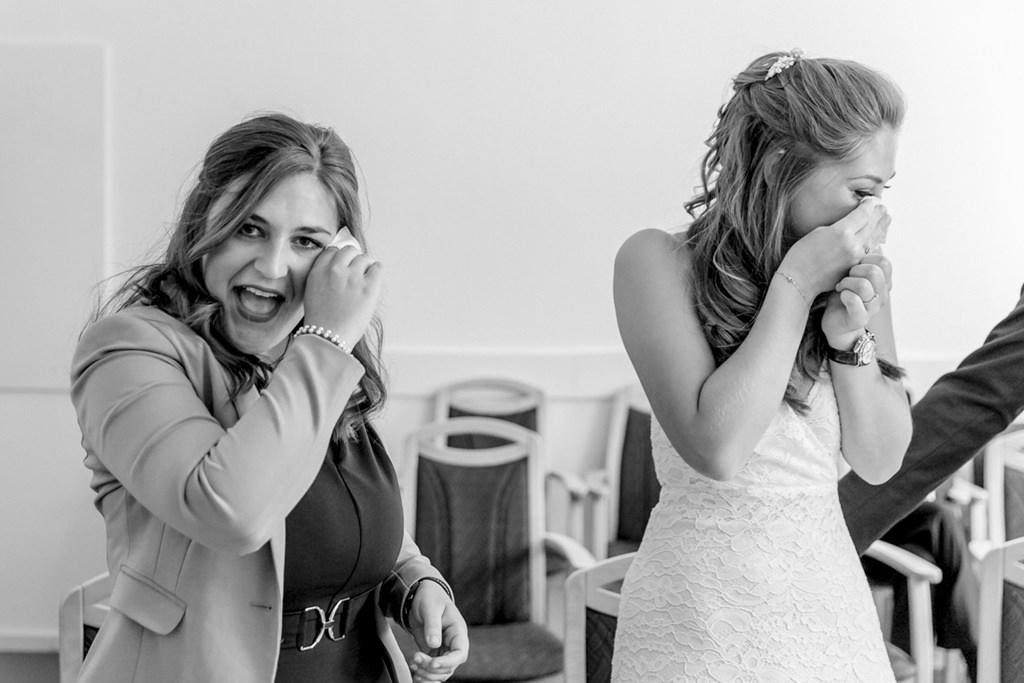 Braut und Trauzeugin weinen während der standesamtlichen Hochzeit   Foto: Hanna Witte