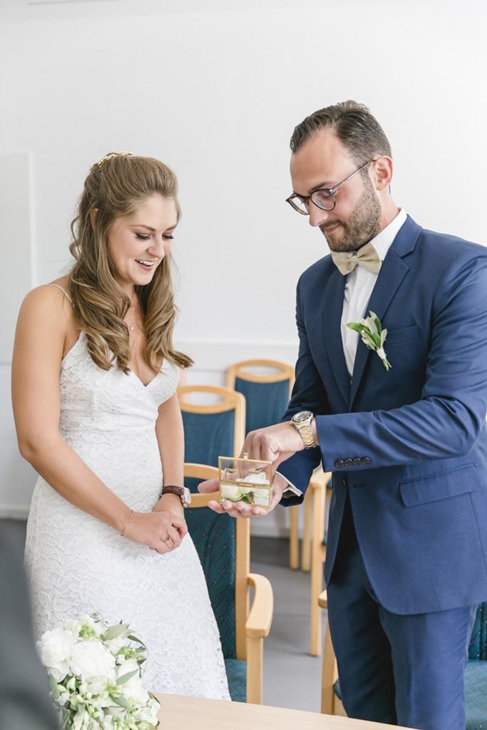 das Brautpaar kurz vor dem Ringtausch bei der standesamtlichen Hochzeit   Foto: Hanna Witte