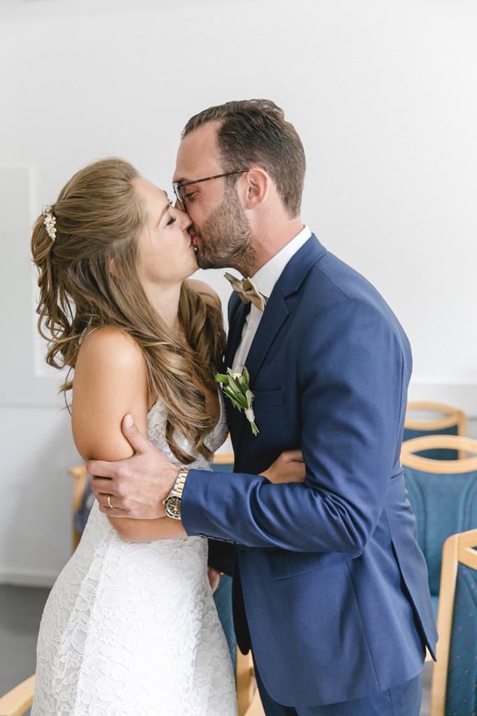 das Brautpaar beim Hochzeitskuss während der standesamtlichen Trauung   Foto: Hanna Witte