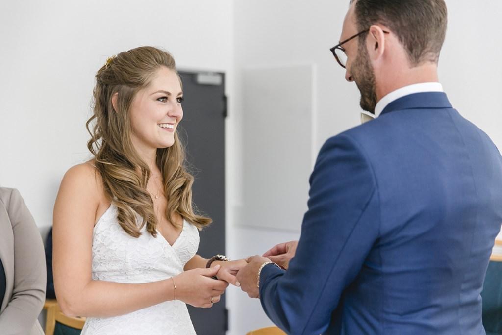 der Bräutigam steckt der Braut den Ehering an   Foto: Hanna Witte
