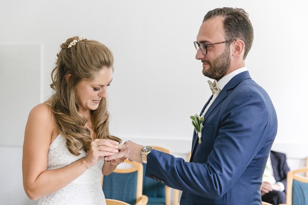 die Braut steckt dem Bräutigam den Ehering an   Foto: Hanna Witte