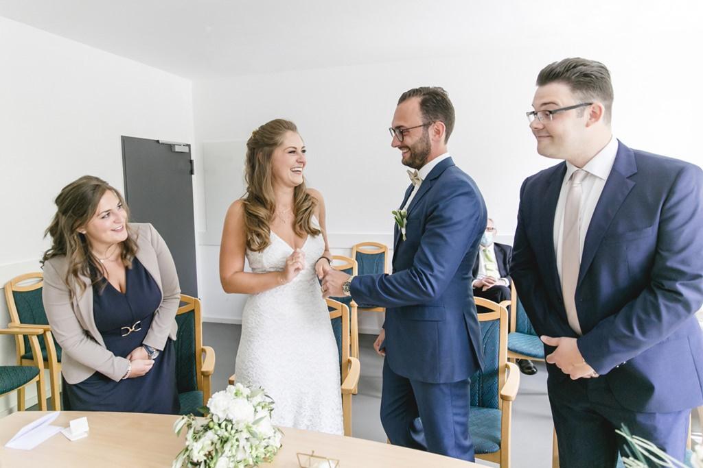 das Brautpaar und die Trauzeugen während der Standesamt Hochzeit   Foto: Hanna Witte