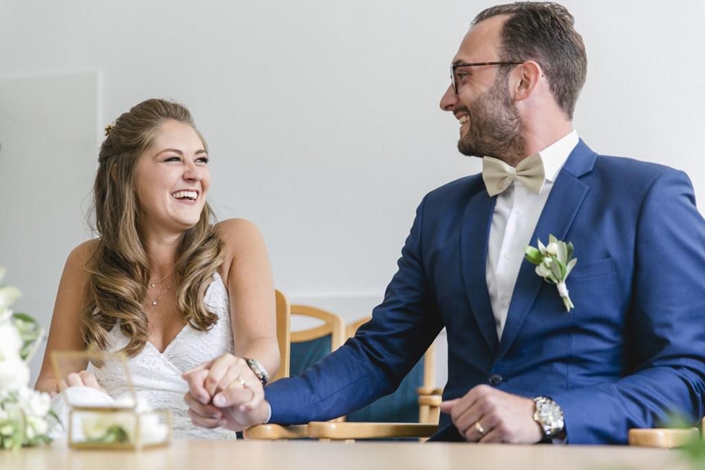 das Brautpaar während der Eheschließung im Standesamt Aachen Eilendorf   Foto: Hanna Witte