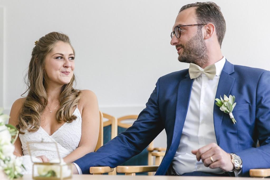 das Brautpaar beim Ja-Wort auf dem Standesamt   Foto: Hanna Witte