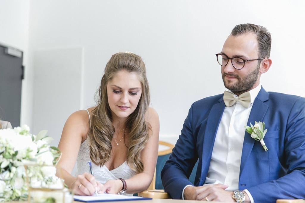 die Braut unterschreibt die Hochzeitsurkunde   Foto: Hanna Witte
