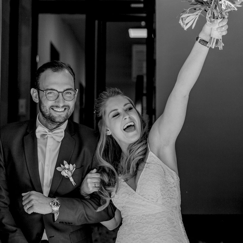 die Braut jubelt nach der standesamtlichen Trauung   Foto: Hanna Witte