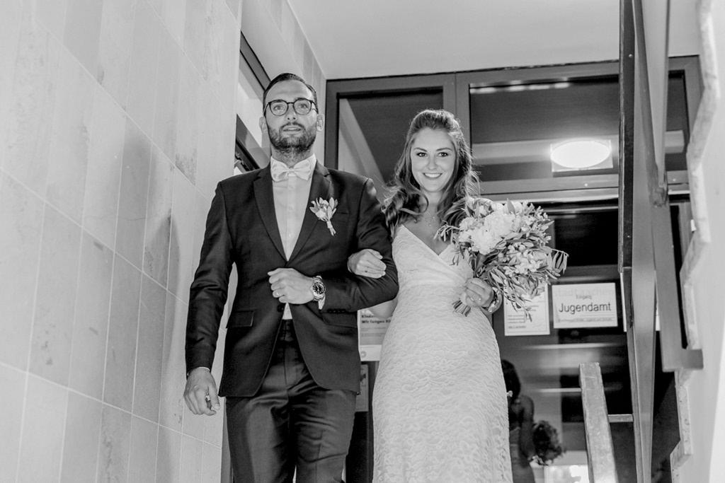 das Brautpaar im Treppenhaus des Standesamts   Foto: Hanna Witte