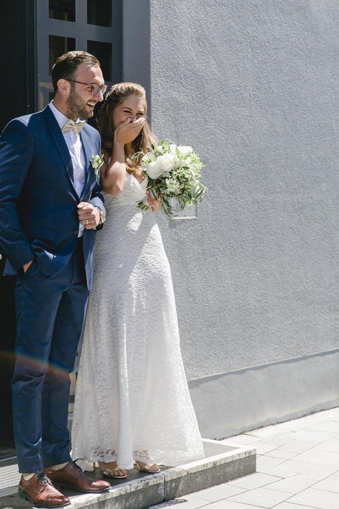 das Brautpaar kommt nach der Trauung aus dem Standesamt   Foto: Hanna Witte