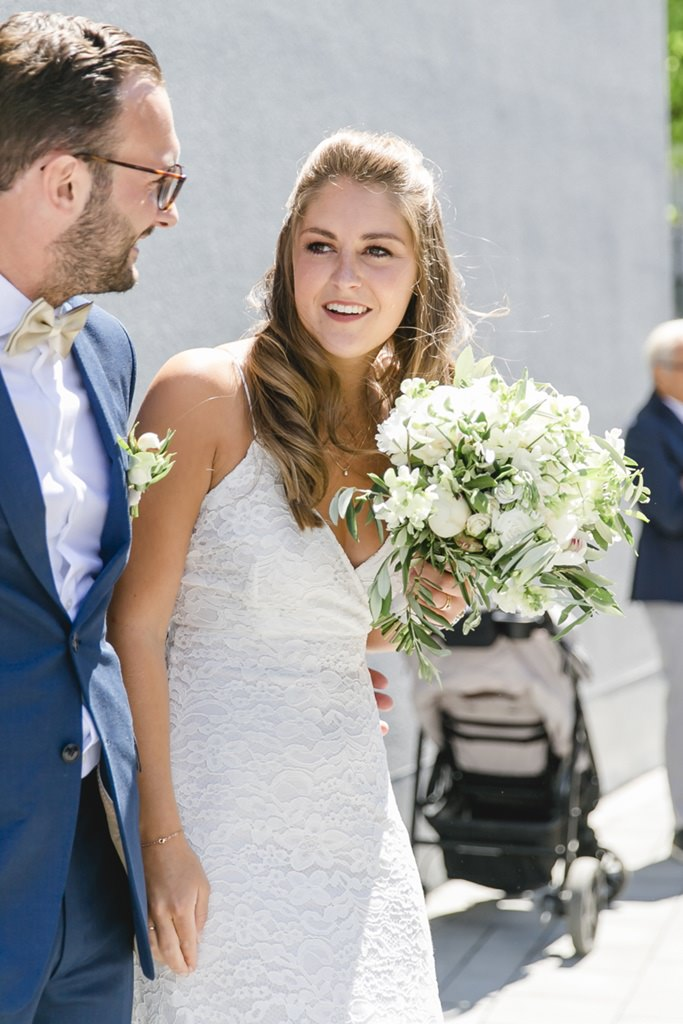 das glückliche Brautpaar nach der standesamtlichen Trauung in Aachen   Foto: Hanna Witte