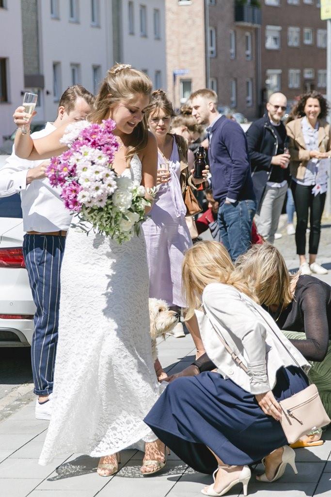 Freundinnen richten das Kleid der Braut   Foto: Hanna Witte