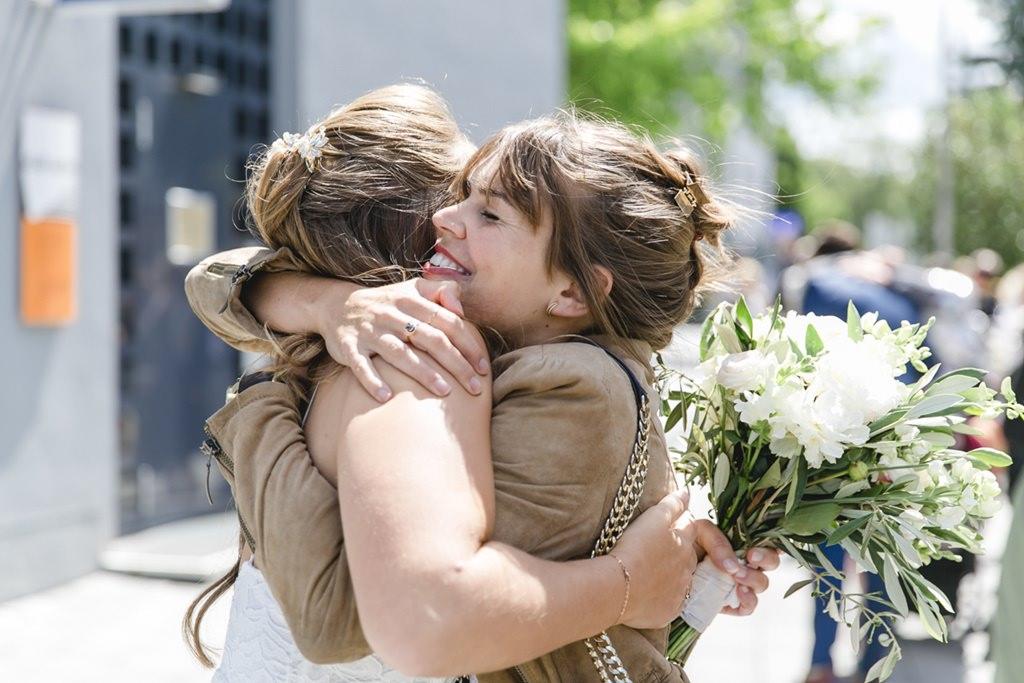 die Braut wird nach der Standesamt Hochzeit von einer Freundin umarmt   Foto: Hanna Witte