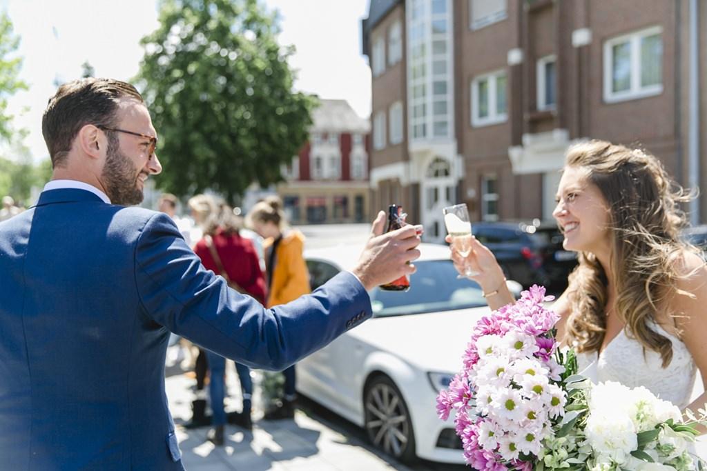 das Brautpaar stößt nach der standesamtlichen Trauung an   Foto: Hanna Witte