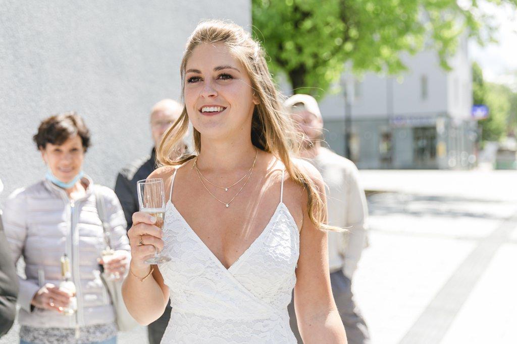 die Braut stößt mit Freunden vor dem Standesamt in Aachen an   Foto: Hanna Witte