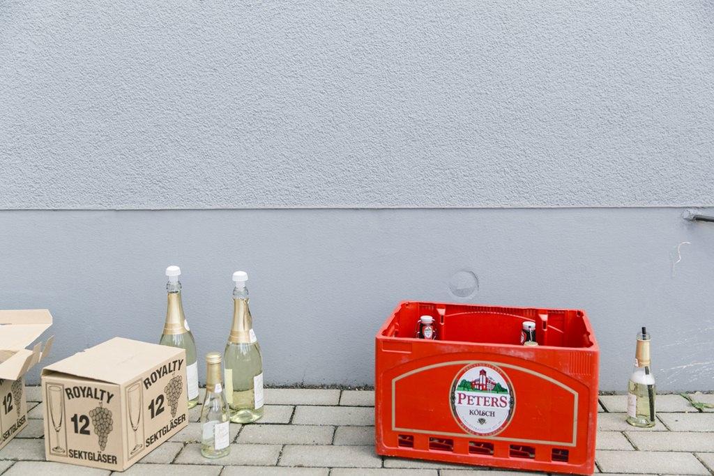 Sekt und Bier für das Anstoßen nach der standesamtlichen Trauung   Foto: Hanna Witte