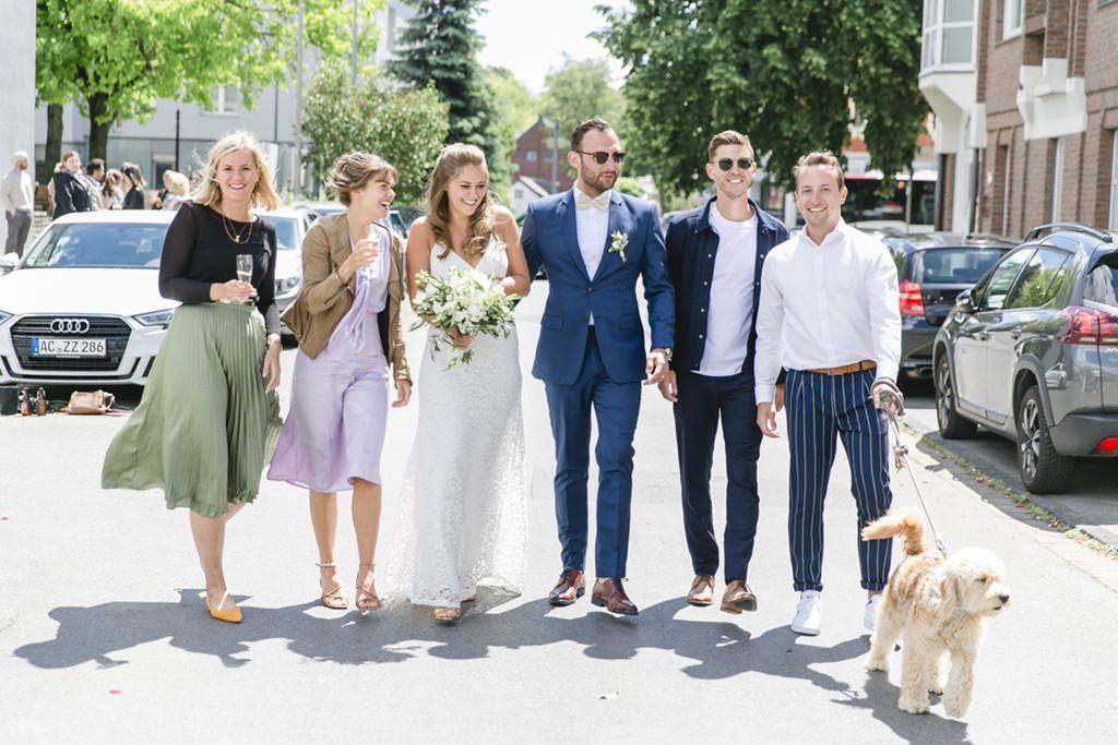 Gruppenfoto vom Brautpaar und seinen Freunden   Foto: Hanna Witte