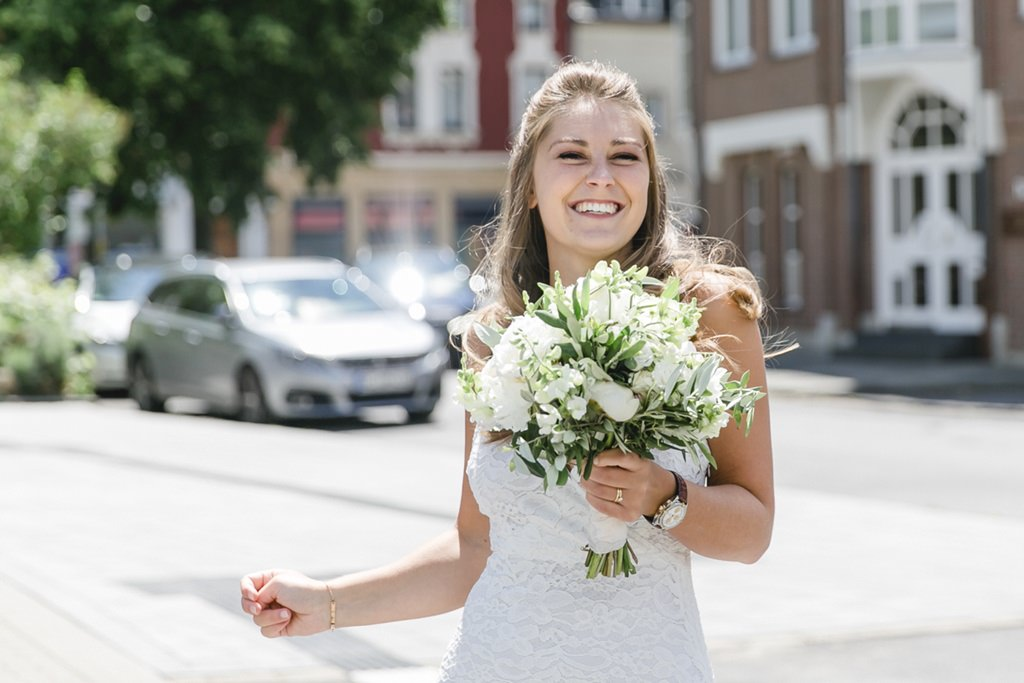 die Braut mit ihrem Brautstrauß nach der Standesamt Hochzeit   Foto: Hanna Witte