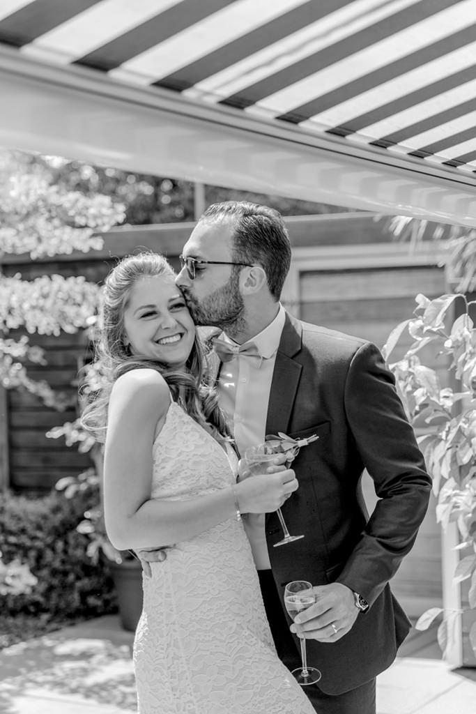 das Brautpaar beim Sektempfang im Garten   Foto: Hanna Witte