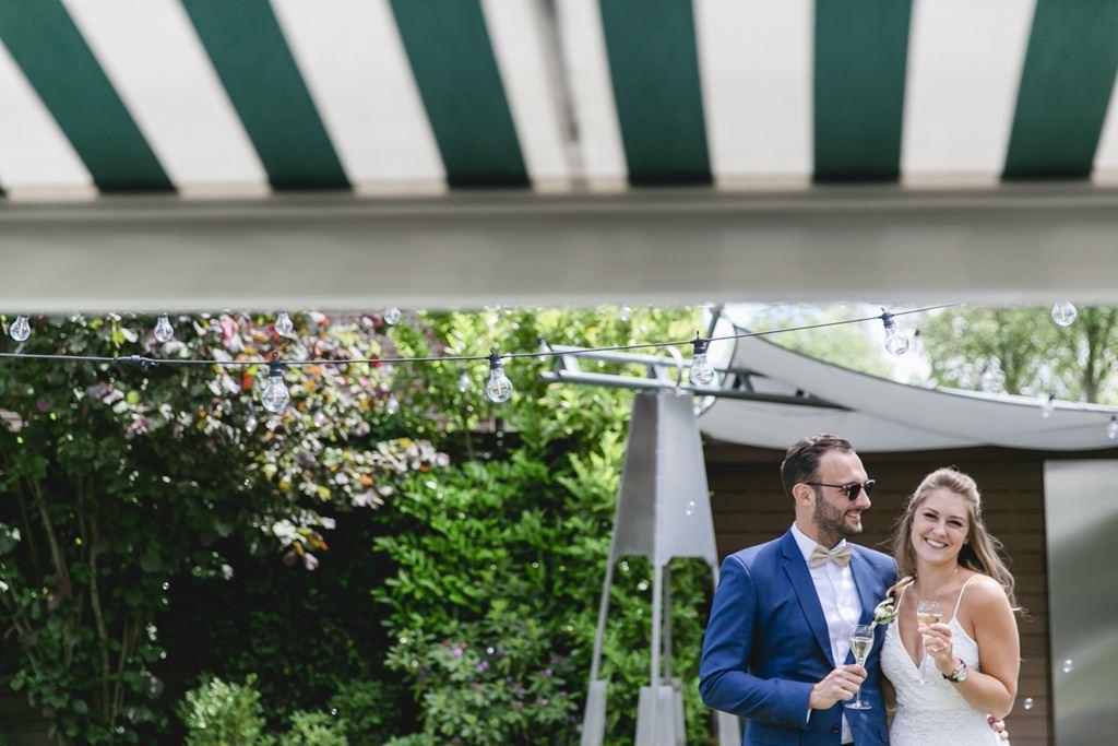 das Brautpaar bei seiner Hochzeitsfeier im Garten   Foto: Hanna Witte
