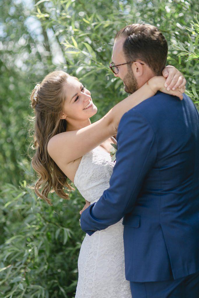 verliebtes Paarfoto von Braut und Bräutigam im Grünen   Foto: Hanna Witte