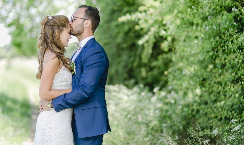 Emotionale Pose für ein romantisches Paarfoto im Grünen | Foto: Hanna Witte