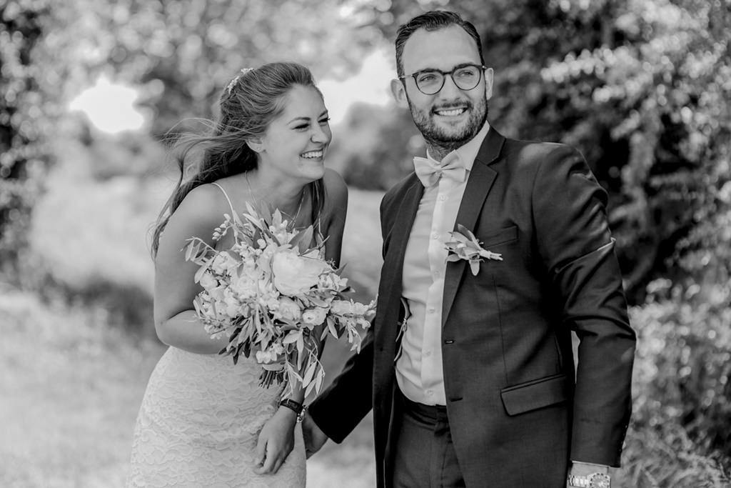 ungestelltes Foto von Braut und Bräutigam beim Paarshooting   Foto: Hanna Witte