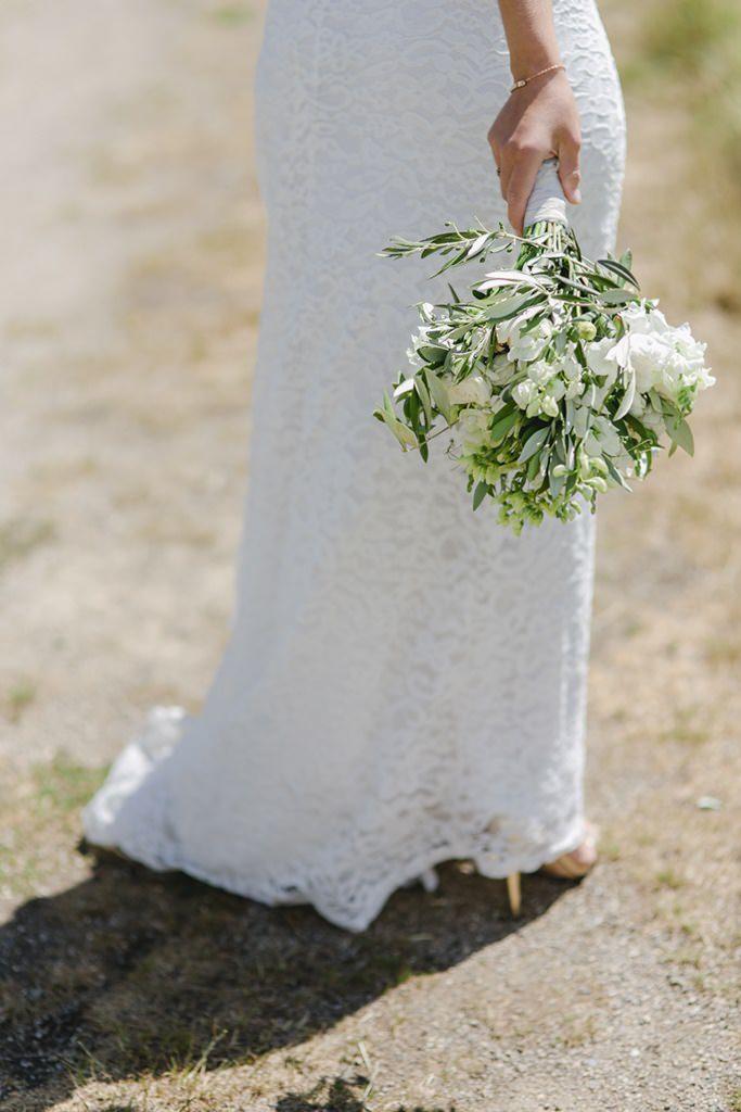 Greenery Brautstrauß mit weißen Blumen   Foto: Hanna Witte