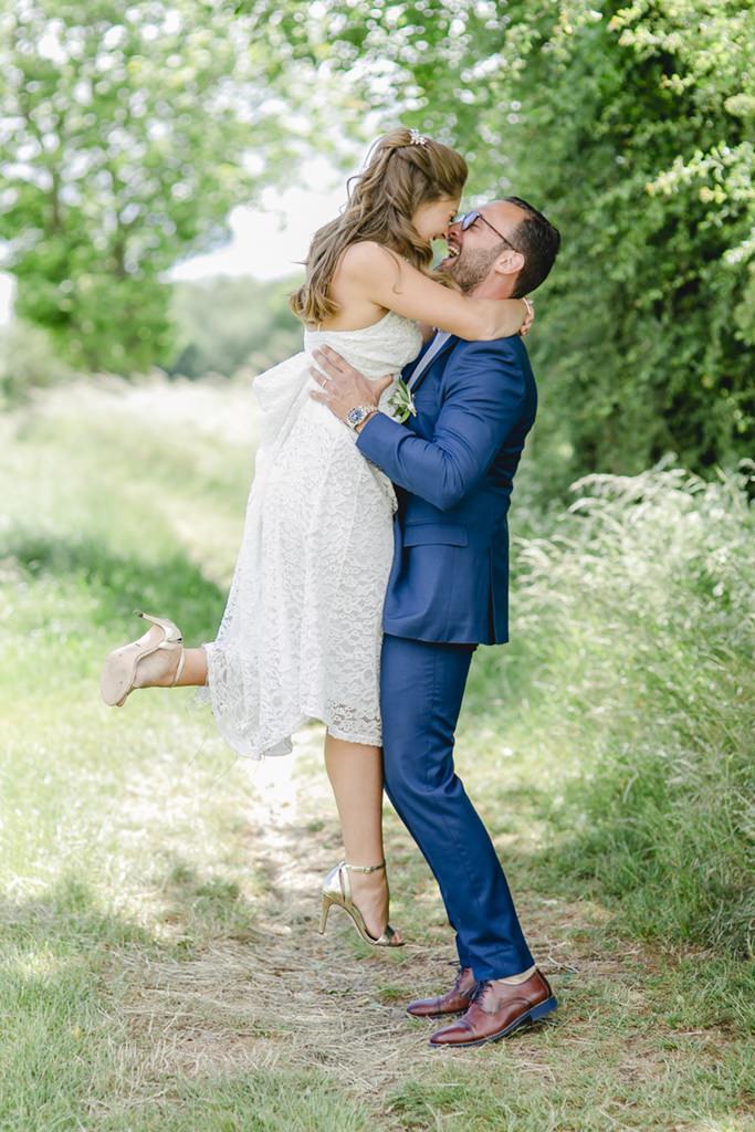 ausgelassenes Paarfoto von Braut und Bräutigam in der Natur   Foto: Hanna Witte