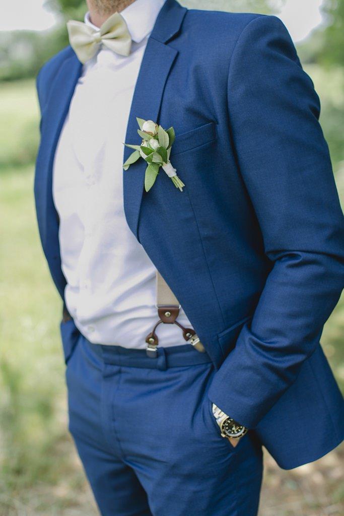 blauer Bräutigamanzug mit grün-weißer Boutonniere   Foto: Hanna Witte